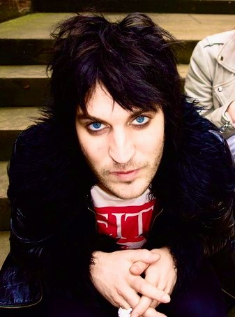 Noel Fielding: I love him on Never Mind the Buzzcocks :) - I have no idea how this man pulls