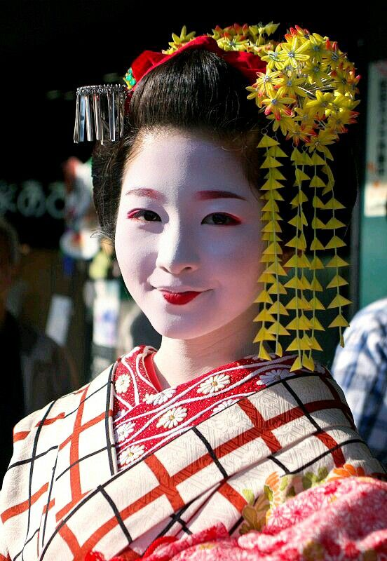 Girl just became a maiko. Maiko first year does not paint the lipstick to the upper lip. The first year will insert the hairpin of the long flower in her hair.#japan #kyoto #geisha #maiko