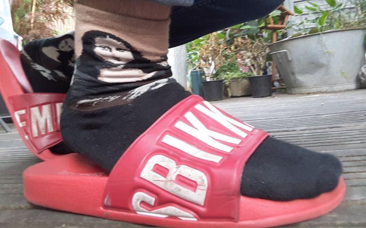 La mode des claquettes chaussettes est de retour... Et ce n'est pas une réussite !