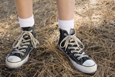 Formas de usar zapatillas altas Converse | eHow en Español