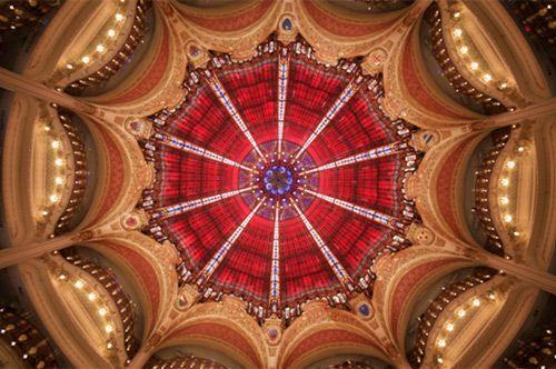 © Pôle d'images pour Yann Kersalé AIK   、ギャラリー・ラファイエット百貨店で、レム・コールハースとOMAによる展覧会『1912-2012 Chronique parcours creative(クリエイティブな年代史)』が開催されている。ギャラリー・ラファイエット百貨店のアールヌーボー建築のクーポール(円天井)100周年を記念した回顧展。パリの建築、ファッションと都市の関わりをひも解く興味深い展覧会