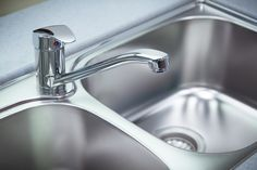 Edelstahl reinigen: So werden Spüle, Topf und Co. blitzblank