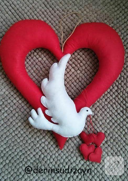 Keçeden kırmızı kalpli beyaz güvercinli kapı süsü modeli. keçe ile yapılmış kapı ve duvar süslerinden ister satın alın, ister yapım detaylarına bakarak öğrenin...