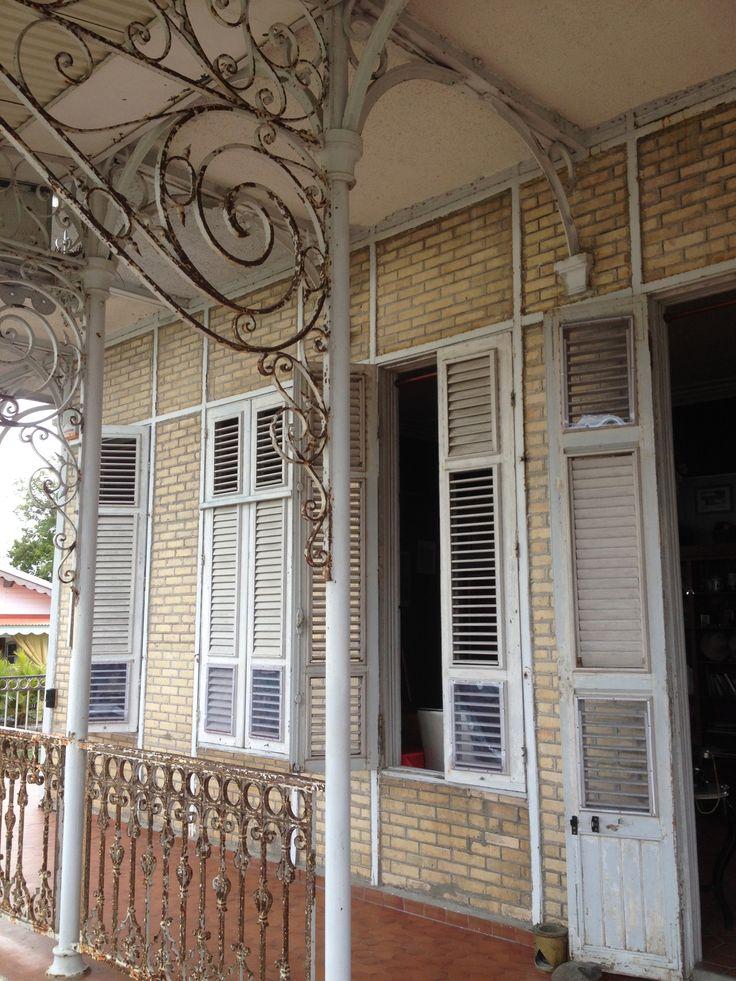 Détail. La maison coloniale de Zevallos en Guadeloupe, fut construite entre 1868 et 1871 certainement par les ateliers Eiffel. Elle était destinée au maître des lieux dont le sucre avait assuré la fortune.