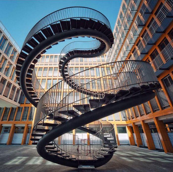 Tour d'horizon des 20 escaliers les plus étonnants dénichés aux quatre coins du monde / Photo Infinite staircase Umschreibung, Olafur Eliasson, Munich, Allemagne.