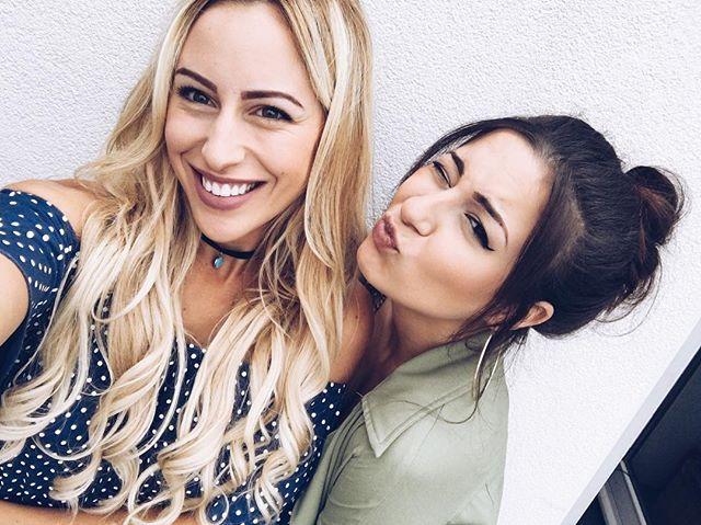 Quand ma chérie @horia_insta me fait les sourcils OHMAGAD!!!!! Jvais plus jamais les démaquiller de ma vie!  On vous prépare une surprise pour dimanche!!! Soyez au rdv!  #eyebrowsonfleek #youtube #friends #collab
