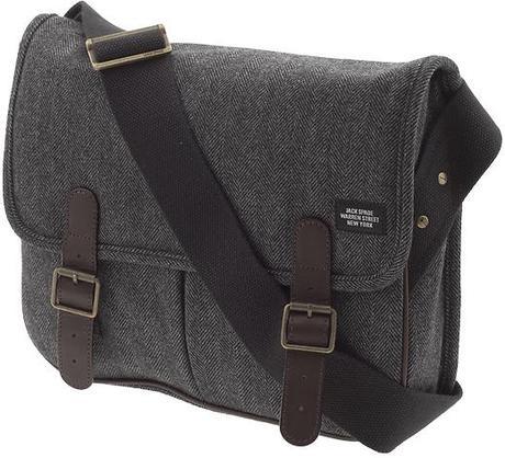 tweed cuir forme +/- identique  avc 2 poches à l'avant, 2 fermoir, un rabat, une bandouillière