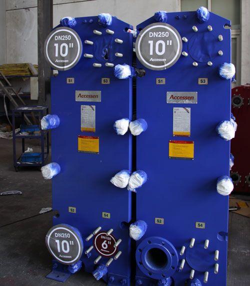 O permutador de calor de placa estancado é amplamente utilizado na indústria de lacticínios para o processo de pasteurização e arrefecimento. Durante a pasteurização do leite a temperatura é resfriada e ultra-elevada, a temperatura do leite posteriormente é passada para a secção de recuperação de calor através do permutador de calor vedado tanque de equilíbrio e uma bomba de material 2, o leite será pré-aquecido ali.
