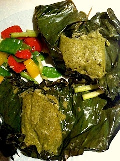 Patra ni machhi is a traditional Parsee dish prepare by steaming fish coated with a thick green chutney after being wrapped in a banana leaf .