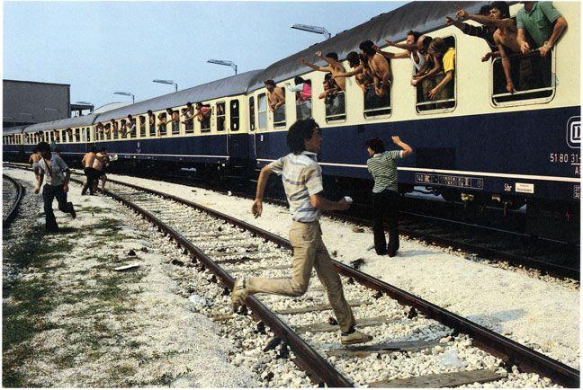 John Demos | z cyklu: Albanie | Uchodźcy albańscy wyjeźdzają do Niemiec | Włochy, 13.07.1990