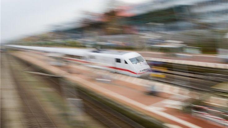 Ein ICE von der Deutschen Bahn fährt durch Fallersleben bei Wolfsburg: Zum wiederholten Mal hat ein ICE nicht in Wolfsburg gehalten.