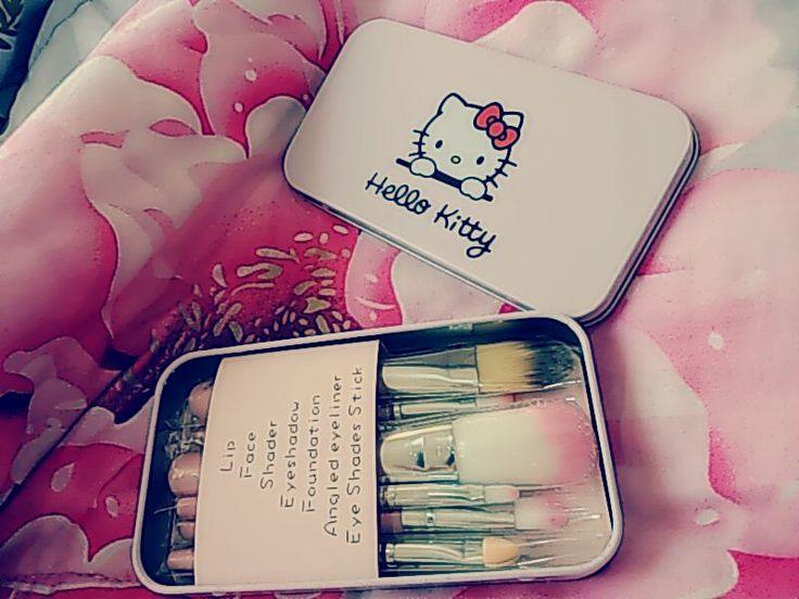 Hello Kitty Mini Makeup Brush Set terdiri dari 7 buah kuas mini/travel yaitu : 1. FACE BRUSH 2. FOUNDATION BRUSH 3. EYESHADOW BRUSH 4. EYESHADOW STICK 5. ANGLED EYELINER 6. SHADER 7. LIP Rp 80.000 Belum termasuk Ongkos kirim :)