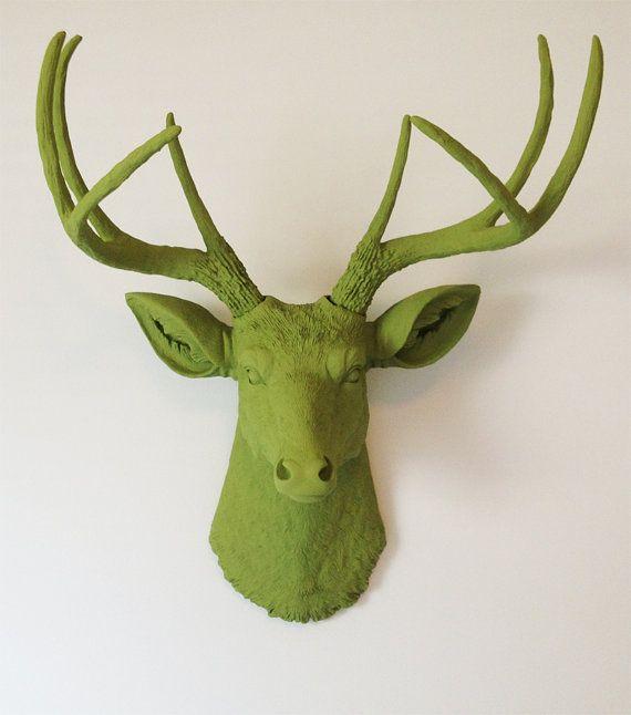 Olijf groen herten hoofd muursteun van BananaTreeStudios op Etsy