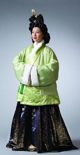 "16th century women's dress, from ""조선시대 우리 옷의 멋과 유행"". At the Google Cultural Institute."