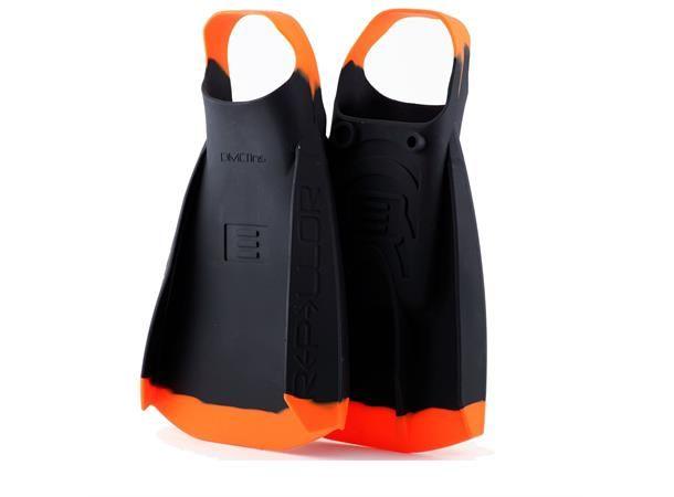 """DMCREPELLOR SvømmeføtterDissemyke korte silikonfinnerer av australsk design. DMC REPELLOR erlaget for Open Water svømming, designet av det australske firmaet Swim Product - DMC.Korte finner laget av silikon, er super komfortable med mindre sjanse for slitasje enn gummi svømmeføtter.Dette er hvaDMC skriver om sin svømmefot:""""The DMCREPELLOR®Fins have adapted 'RVR' (REVERSE VEE Rail..."""