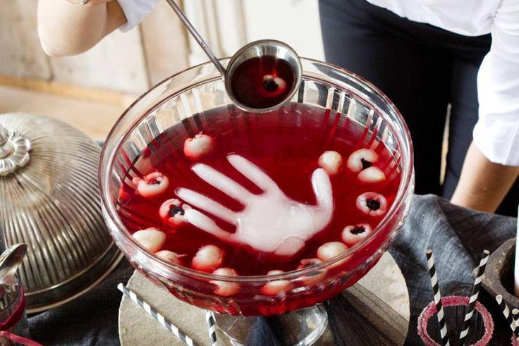 Kijk wat een lekker recept ik heb gevonden op Allerhande! Halloweenpunch met oogballen en ijshandje