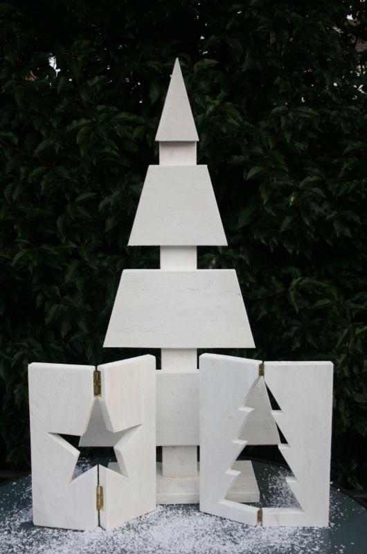 Steigerhouten kerstboom met raamluikjes. Mogelijk in verschillende kleuren beits. Raamluikjes mogelijk met ingezaagde ster of kerstboom.
