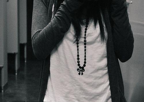 fashion, streetstyle, white tshirt, black bow necklace, dark grey cardigan