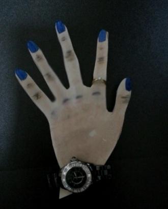 제가 제 신체부위 중에서 가장 맘에  들어하는 손을 그림으로 표현했습니다.^^ 시계나 반지 메니큐어는 평소에 제가 하고 다니는 것들이구요.   손가락이 다른 곳보다 얇고 말랑말랑해서 제가 제 몸에서 가장 좋아하는 곳 입니다.^^