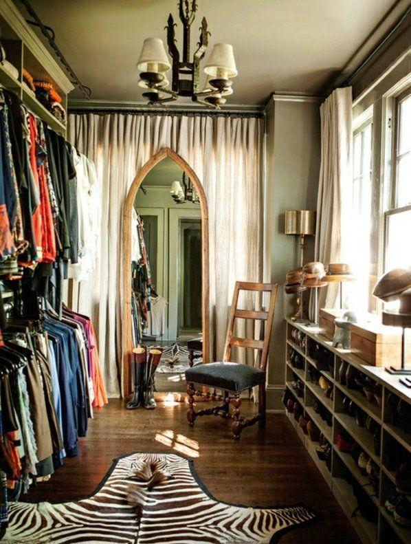 Fabulous gro spiegel kronleuchter schuhe zebrateppich ankleidezimmer