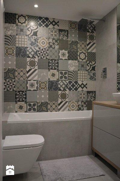 Funkcjonalnym rozwiązaniem jakie zastosowaliśmy w naszej łazience jest wysoka zabudowa wykonana z lakierowanej płyty, która umożliwiła zabudowanie geberitu, ukrycie pralki oraz stworzenie przestrzeni do przechowywania. Patchworkowe wzory na płytkach, wielkie lustro oraz lakierowana zabudowa optyczni ...