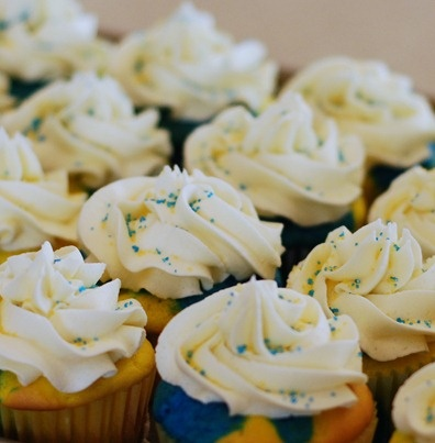 Blue & Gold Cupcakes (Cub Scouts) - This would be a fun dessert to bring to our banquet!