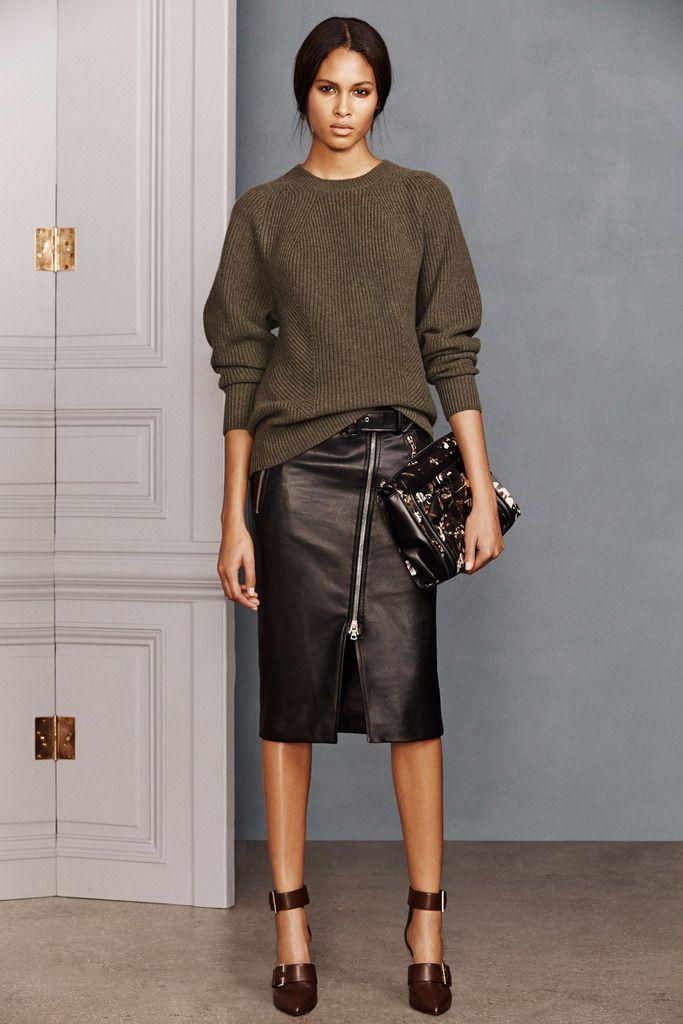 ¿NADA QUE PONERTE? Falda midi de cuero y jersey ligeramente oversize: porque la estética lady también puede ser rock´n´roll, tal y como ilustra este look de la colección #prefall de #Jason Wu.