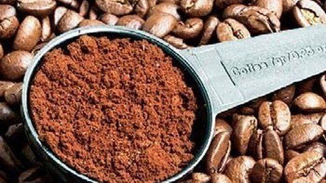 Kávová usadenina pohnojí kvety, odstráni pachy a zatočí s celulitídou.