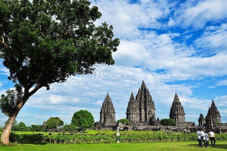 Sejumlah wisatawan sedang masuk ke Candi Prambanan. (Benedictus Oktaviantoro/Maioloo.com)