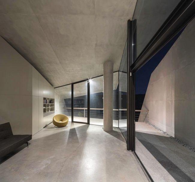 betonhaus tense architecture network sessel bücher glas schiebetüren