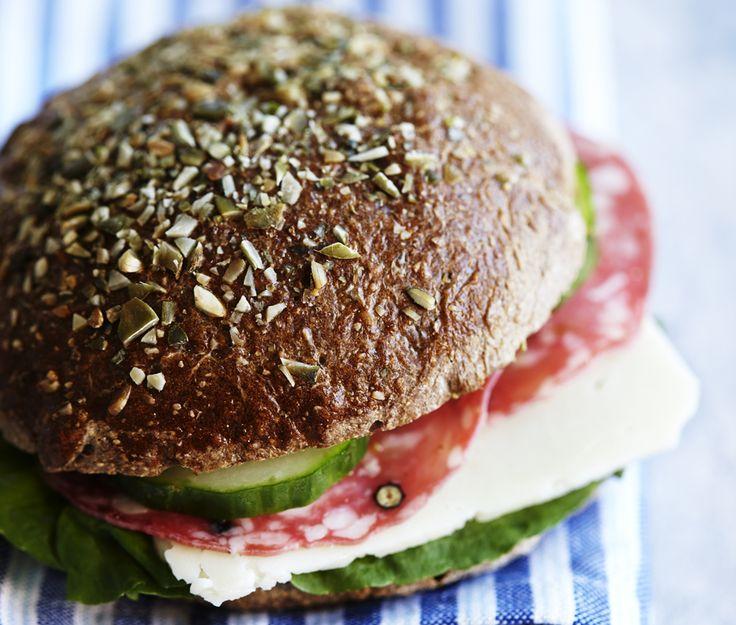 Giv din frokost en sprød opdatering med disse grove sandwichboller med sundt knas på toppen.