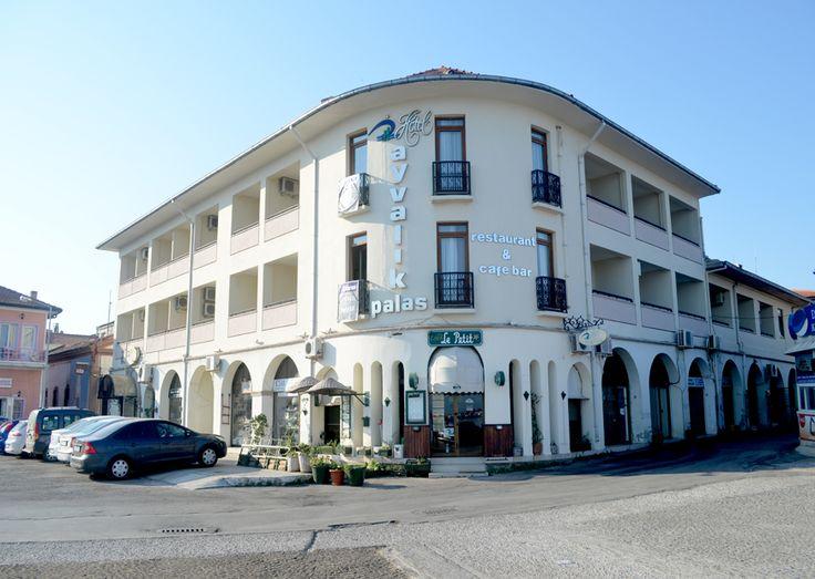 Ayvalik Palas Hotel - Ayvalık'ın merkezindeki Ayvalık Palas Hotel, denize sadece birkaç adım uzaklıktadır. Deniz manzaralı terası ve klimalı odalarıyla hizmet verir.  Tüm odalarda düz ekran TV, minibar ve özel banyo vardır. Bazı odalar deniz manzaralıdır.  Otel bünyesinde bir alakart restoran …
