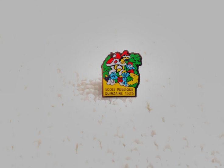 Vintage France/French Smurfs Cartoon pin badge