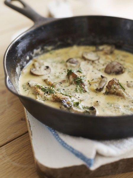 Sauce aux champignons pr pasta  champignons 1 oignon 2 g d'ail 2 cuillères à soupe d'huile d'olive 1/2 tasse de bouillon de poulet Crème 1 1/2 tasse Aneth frais haché 2 cuillères à soupe