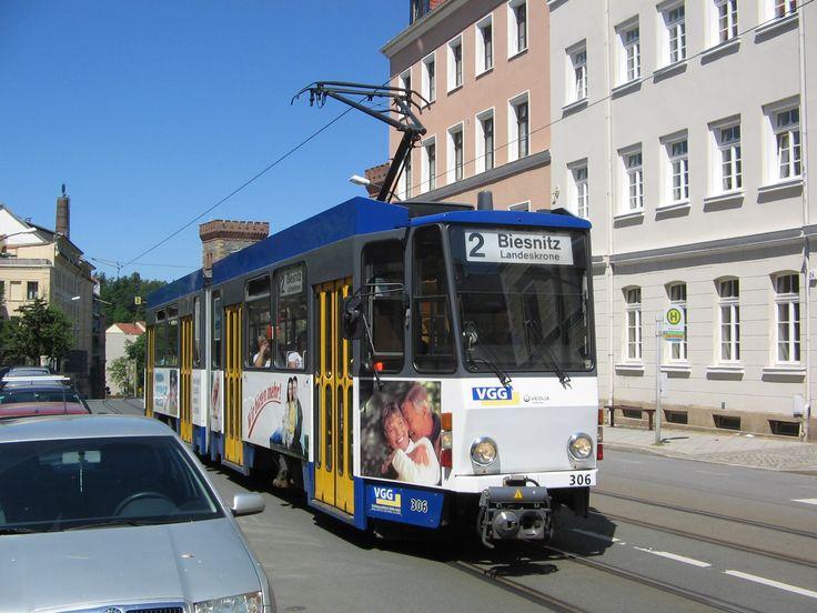 <Görlitz> 台車の名前で知られるゲルリッツ。ゲーリッツないしゲアリッツとも読めるが、趣味界隈ではゲルリッツで通る。この街の路面電車はすべてKT4D-C。マンハイムから譲渡の6軸車も1編成あるが、これはパーティー車と呼ばれる貸し切りなどイベント用で、通常は走らない。1945年まではナイセ川を挟んだ市東部にも1路線延びていたが、終戦間際にドイツ軍が橋を爆破しドイツ人住民は川の西に逃げ、オーデル・ナイセ確定後はポーランド(ズゴジェレツ=Zgorzelec)になってしまったため、そちらの路線は残っていない。ただし現在はゲルリッツからポーランド側に渡るバスが1系統、ゲルリッツ交通(Verkehrsgesellschaft Görlitz=VGG)の路線図で確認できる。P系統と呼ばれ、週末や祝日のみの運転だが、運行会社はポーランドのBieleccybusという会社のようだ。