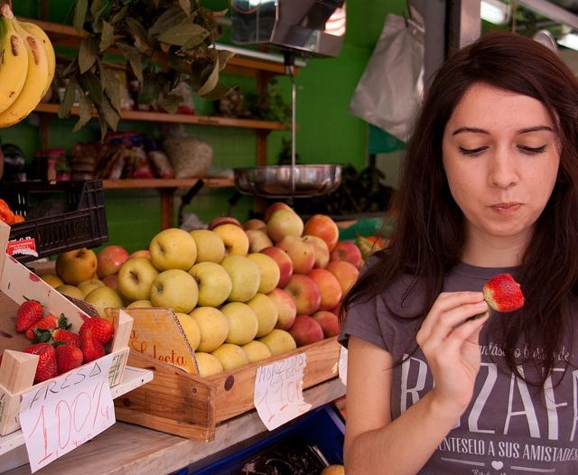 Chica, fresa, mercado de Ruzafa