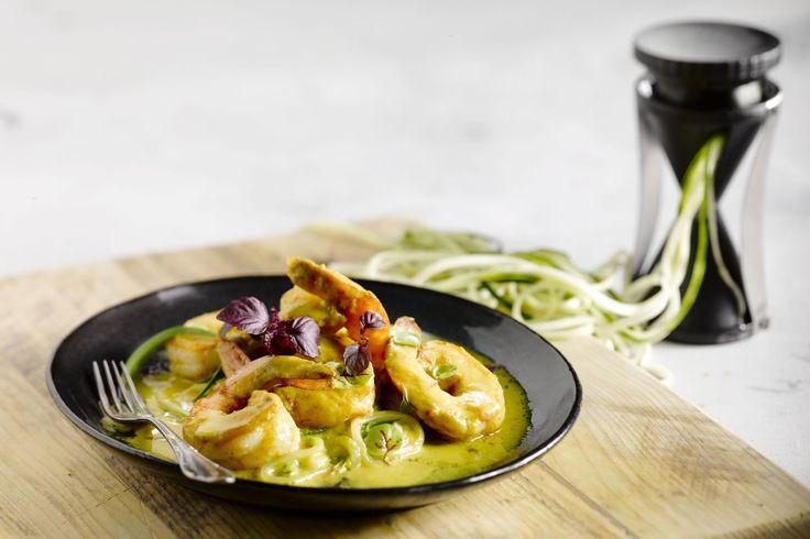 Courgettepasta is een goed alternatief voor gewone pasta. Het is gezond en makkelijk te maken. De scampi's en het currysausje geven het een pittige to...
