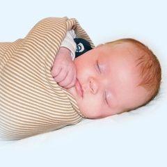 La práctica de envolver al bebé es una tradición ancestral, muy poco conocida en las sociedades occidentales, pero que últimamente se está volviendo a utilizar. Descubre sus ventajas y cómo ponerla en práctica.