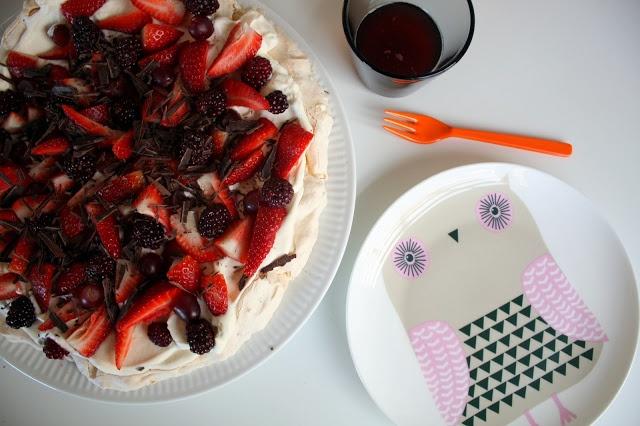 Mor Med Mere: Lyndessert - Pavlova med marcipan, chokolade, nødder og bær