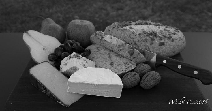 L1M1AS1 Sony A58, Sigma Lens 17-70mm, focal length 32mm, ISO 100 (Auto), f/4.5, 1/80sec, time 18:09 I like the focus on the blue vine cheese. Did change in to black  & white because I didn't  like the gras in the background.