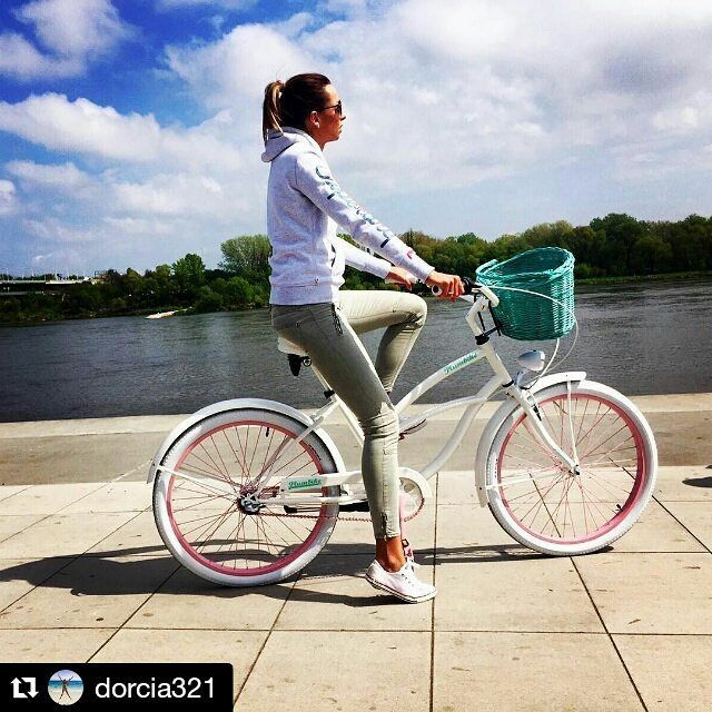 Hola chicas  Bicicleta LILY de la casa #Plumbike os saluda  Bicicleta disponible en nuestra tienda online www.favoritebike.com Repost @dorcia321  ・・・ ❤️#bicycle #polishgirl #favoritebike #bike #bicicleta #mybike #fashion #loveit #españa #picoftheday #views #outfit #traveling #mayo #buenosdias #ciclismo #healthlife #fitgirl #longlegs #enamorada #megusta #malaga #cadiz #paisaje