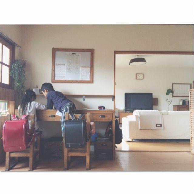 女性で、Other、家族住まいの窓枠/DIY/和室/棚/引き出し/手作り家具…などについてのインテリア実例を紹介。「現在の子供部屋の机コーナー⑅◡̈*ようやく、私の作った机で勉強してくれるようになりました⚐ 息子が3歳娘が1歳の時に作った学習机。ランドセルが並んでる˚‧*♡ॢ˃̶̤̀◡˂̶̤́♡ॢ*‧˚これが夢でしたー(o´罒`o)♡」(この写真は 2015-05-29 20:58:19 に共有されました)