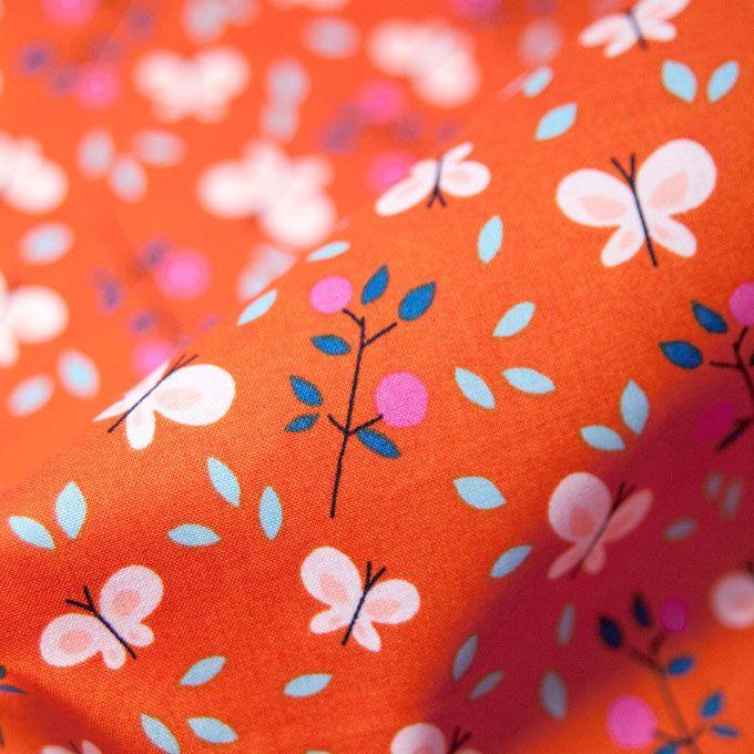 100% bio katoen - 110 cm breed - Medium weight Kleurrijk bedrukte ecologische katoen met vrolijke print met vlinders en bloemen. Deze stof heeft een typische 'quilters' kwaliteit en is daarom ideaal voor (kinder)kledij: hemdjes, rokken en jurken. Zeker ook te gebruiken voor mode- en interieur accessoires. Tip: om de kleuren extra te bewaren, raden we aan de stof voor de eerste wasbeurt een nachtje in azijn te laten weken. Gebruik altijd wasproduct zonder optische witmakers.
