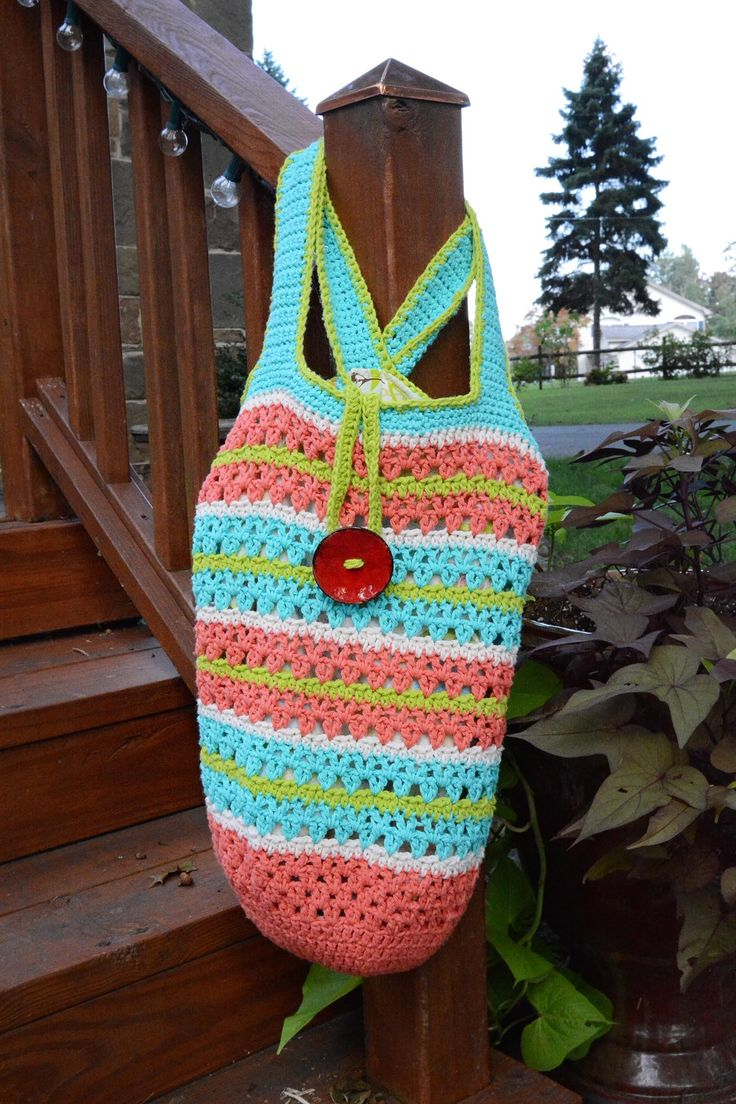Large tote, crocheted with 100% cotton fiber and lined with fabric.