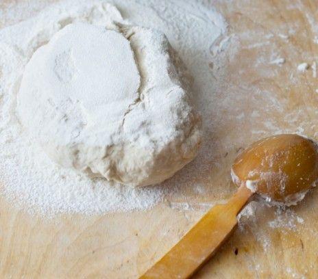 Ciasto na pizzę Magdy Gessler - Przepisy.Pierwszym elementem świadczącym o jakości pizzy jest ciasto, a najlepsze powinno być lekkie, cieniutkie i pięknie wypieczone na brzegach. Ciasto na pizzę Magdy Gessler to przepis, którego autorem jest: Magda Gessler