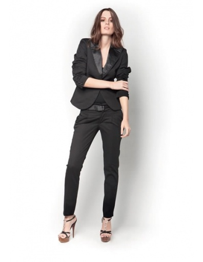 Suit for ladies: the ideal outfit for real business women! #fashion #suit #AmyGee