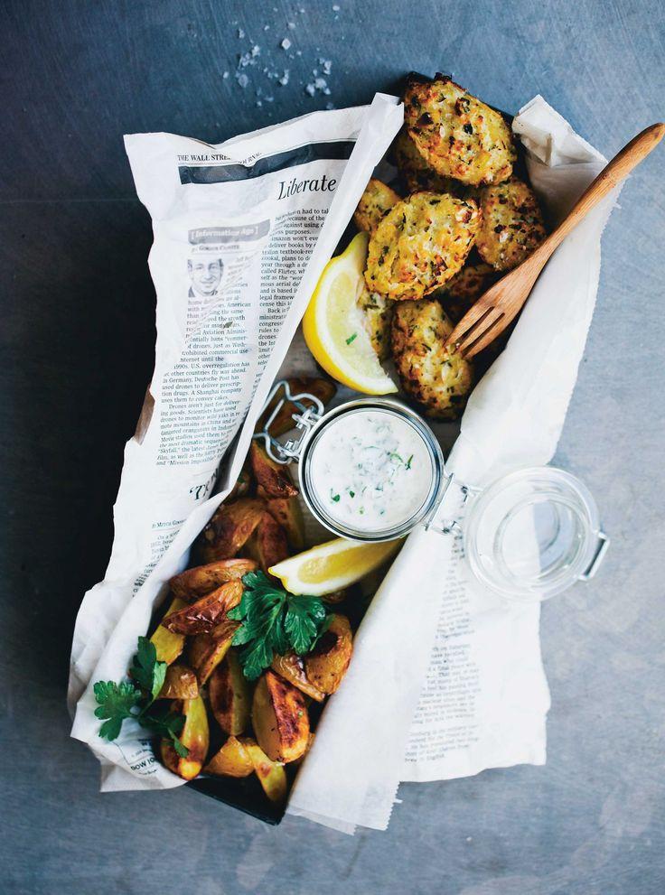 """Die vegetarische Variante des englischen Klassikers """"Fish and Chips"""": Blumenkohl-Nuggets mit Kartoffelspalten an Sauce Tartare."""