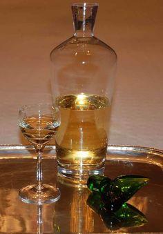 Yerli Mandalina Likörü  -  Yasmina Lokmanoğlu #yemekmutfak.com Evde kokulu mandalinalarla hazırlayabileceğiniz özel bir likör.