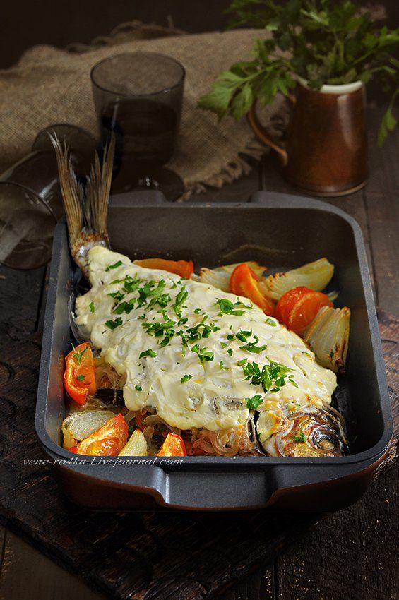 Лещ под сметаной. Угостили нас свежевыловленной речной рыбкой, долго не думала, как её готовить, в духовке под сметаной с лучком и томатами – один из лучших и простых вариантов.…