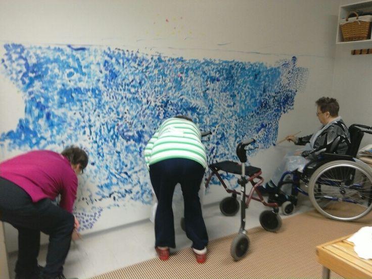 Seinään saimaan värejä, Laurankodin asukkaat ja läheiset työntouhussa. Kata kuvasi.